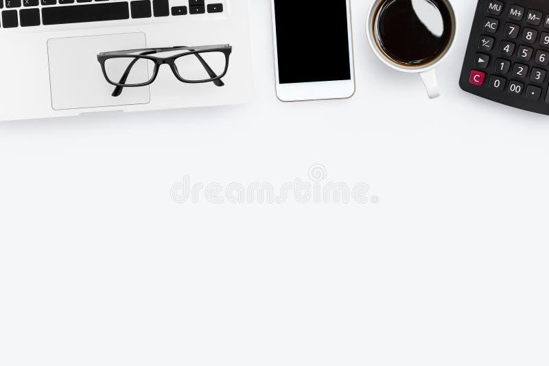 Biały biurowego biurka stół z kalkulatorem, laptopem i dostawami, Odg?rny widok z kopii przestrzeni?, mieszkanie nieatutowy zdjęcie stock
