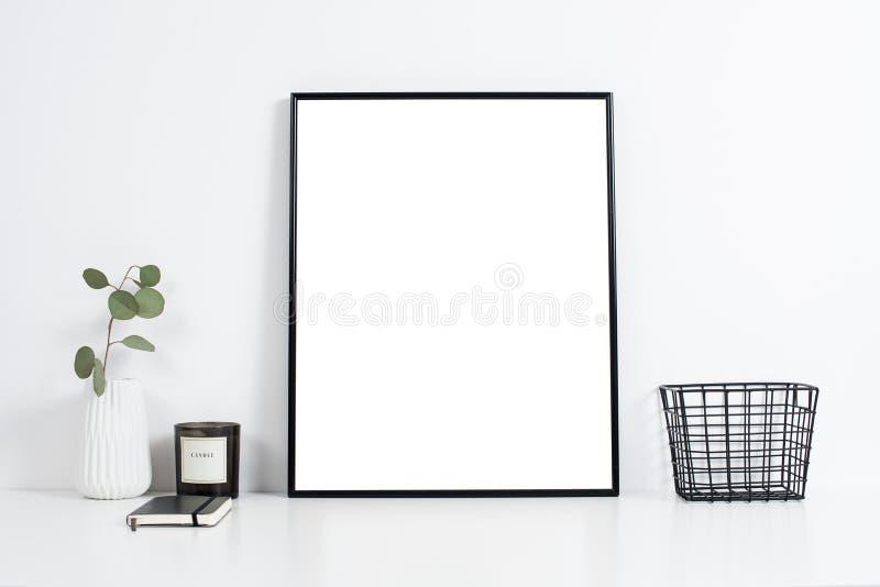 Biały biurowy wnętrze, elegancka praca stołu przestrzeń z plakatowym artw zdjęcia stock