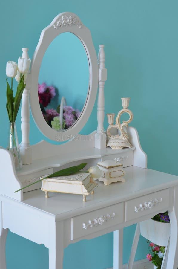 Biały Boudoir stół w błękitnym pokoju fotografia stock