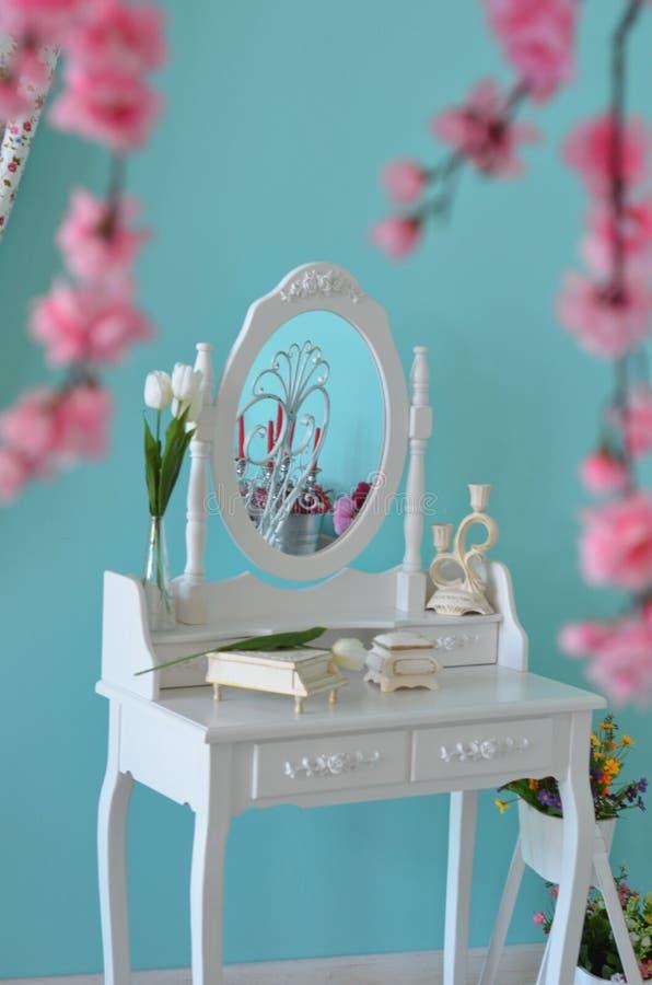 Biały Boudoir stół z lustrem fotografia royalty free