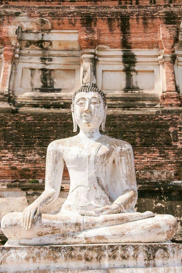 Biały Buddha jest siedzący i piękny obrazy stock