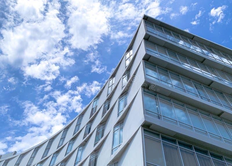 Biały budynek zmierzchu skutek na nieba tle zdjęcia stock