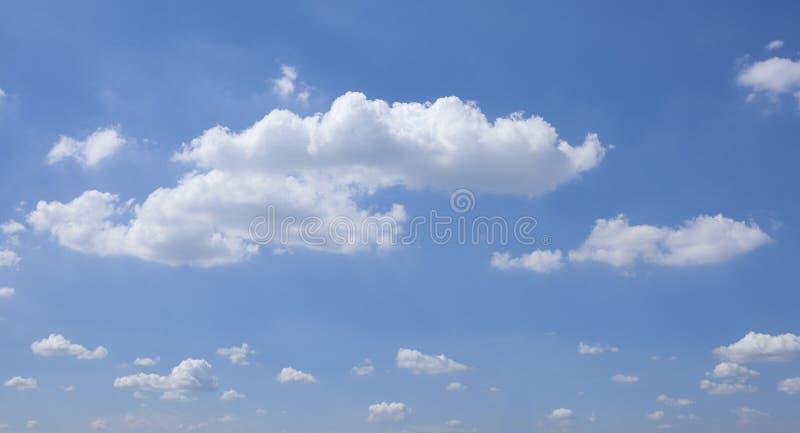 Biały bufiasty niebieskie niebo i chmury fotografia royalty free