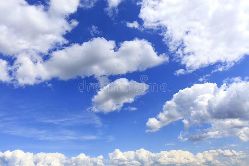Biały bujny i rozochocone chmury unosimy się w jaskrawym naszłym niebieskim niebie zdjęcie royalty free