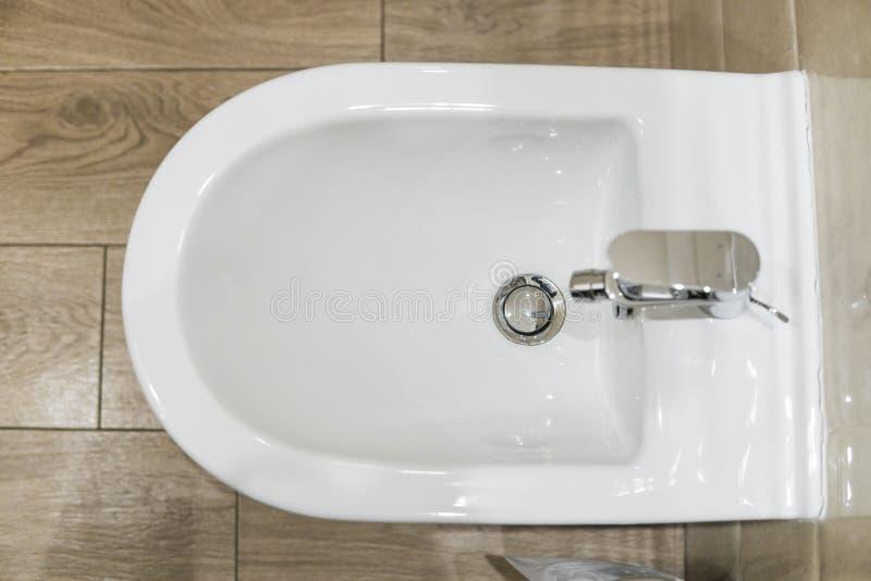 Biały ceramiczny bidet w nowożytnej łazience WC obrazy stock