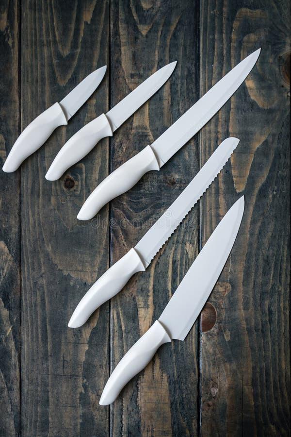 Biały Ceramiczny ciapania Nożowy Ustawiający na błękicie obrazy stock