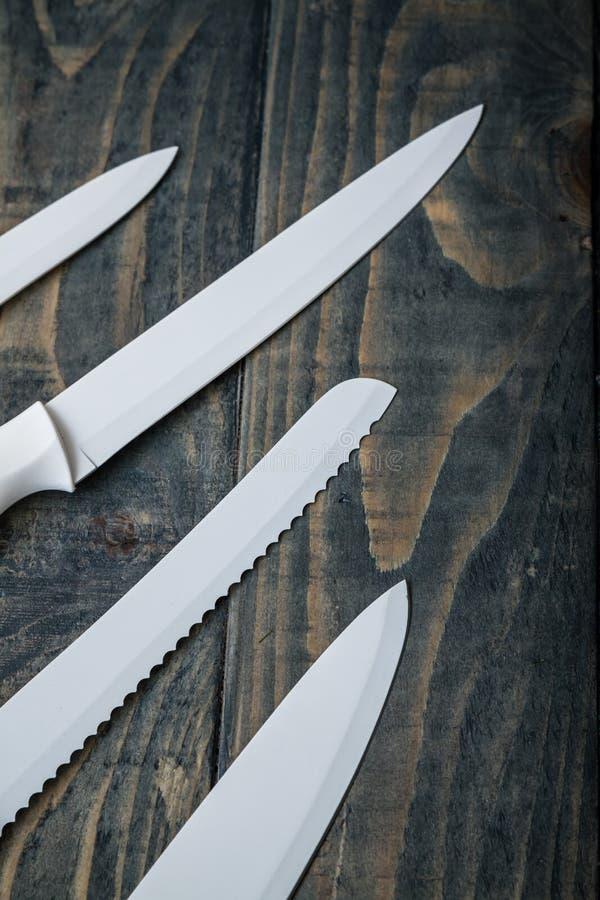 Biały Ceramiczny ciapania Nożowy Ustawiający na błękicie obraz royalty free