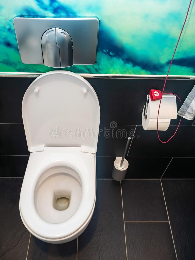 Biały ceramiczny toaletowy puchar fotografia stock