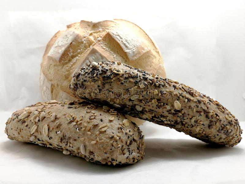 Biały chleb i ciemny chleb z ziarnami zdjęcie royalty free