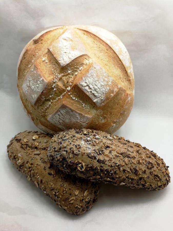 Biały chleb i ciemny chleb z ziarnami zdjęcia royalty free