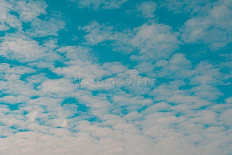 biały chmurny i niebieskie niebo zdjęcie royalty free
