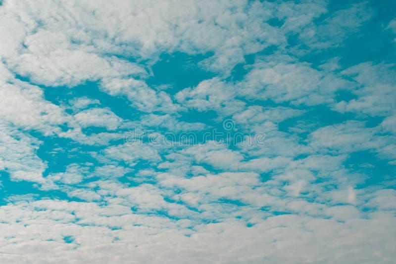 biały chmurny i niebieskie niebo zdjęcia stock