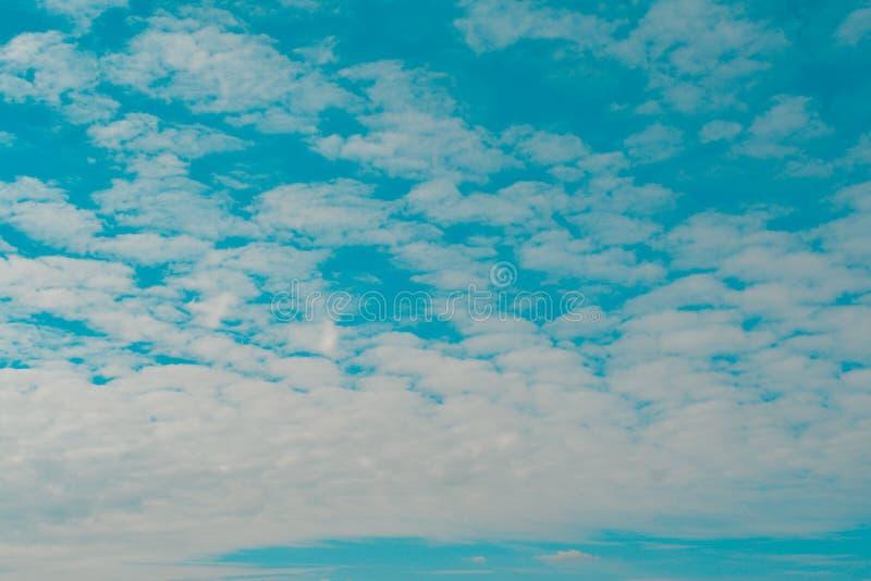 biały chmurny i niebieskie niebo obrazy stock