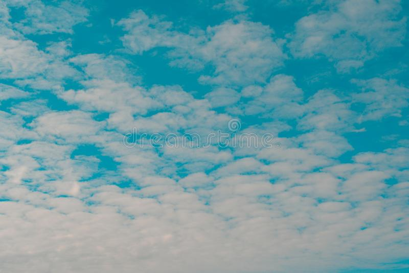 biały chmurny i niebieskie niebo zdjęcia royalty free