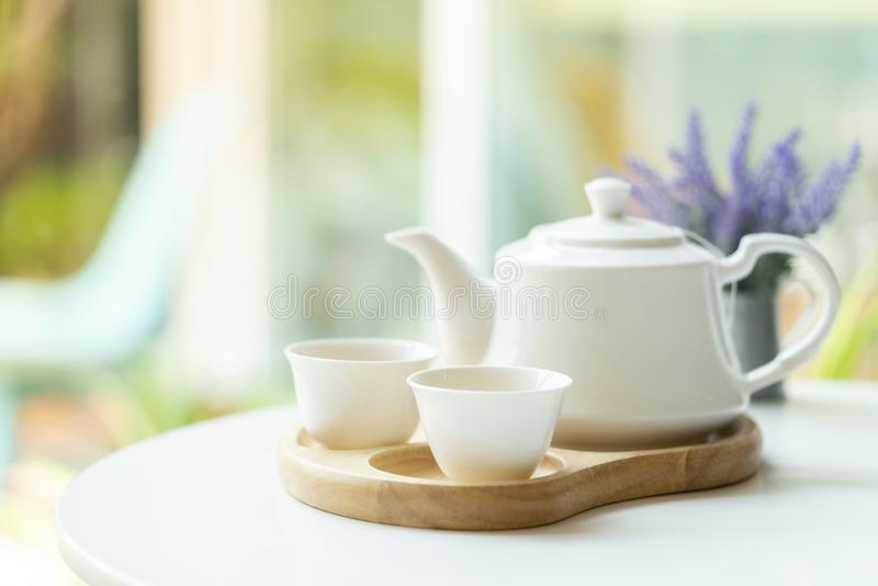 Biały czajnik na stole fotografia stock