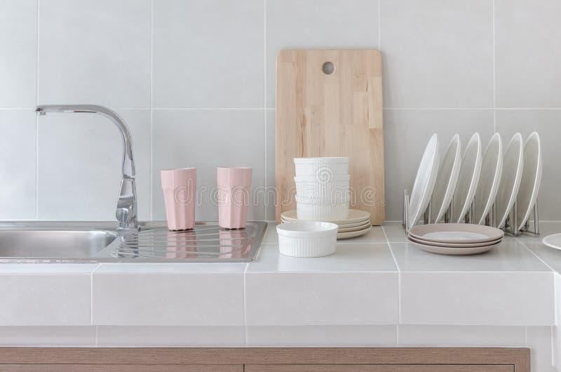 Biały czyści kontuar w kuchni z naczyniem obrazy stock