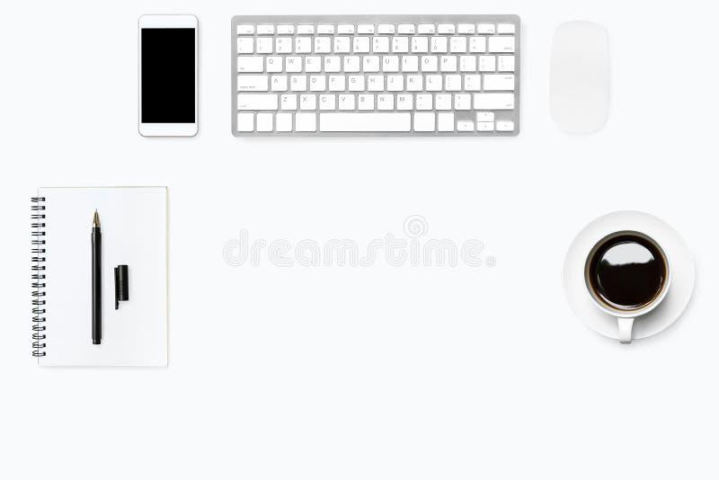 Biały czysty biurowego biurka stół z komputerem faszeruje i dostawy Odg?rny widok z kopii przestrzeni?, mieszkanie nieatutowy zdjęcie stock