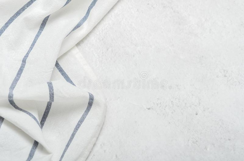 Biały czysty ręcznik na świetle - szarości kamienny tło Minimalistyczna kuchnia zdjęcia stock