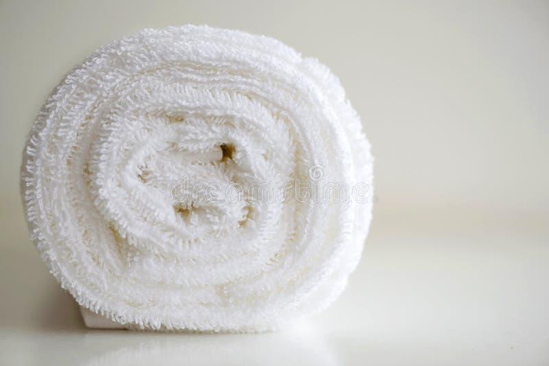 Biały delikatny miękki tło mokiet gładka tkanina Czyści białą Terry ręcznika staczającą się powszechną tekstylną horyzontalną fot fotografia stock