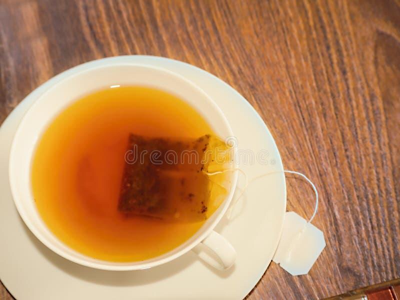 Biały delikatny teacup z świeżo warzącą czarną herbatą obraz royalty free