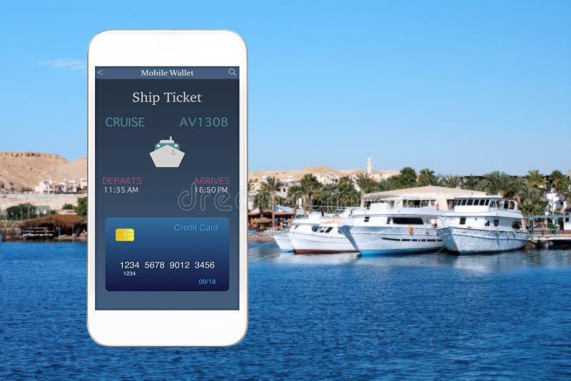 Biały dotyka telefon z app statku i portfla mobilnym biletem zdjęcia royalty free