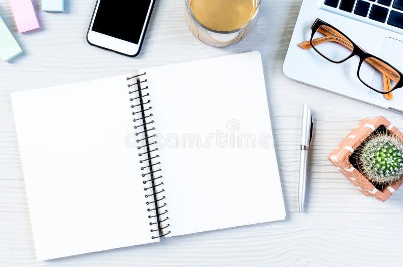 Biały drewniany biurowego biurka stół z mnóstwo wyposażeniem dla pracować zdjęcie royalty free