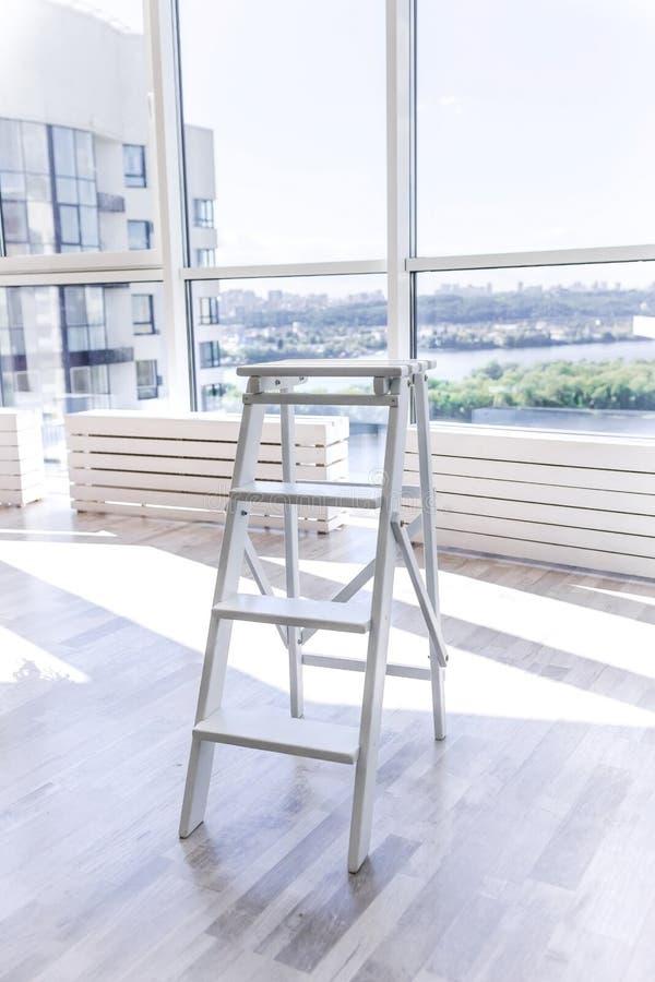 Biały drewniany stepladder w nowym mieszkaniu z francuskimi okno obrazy stock