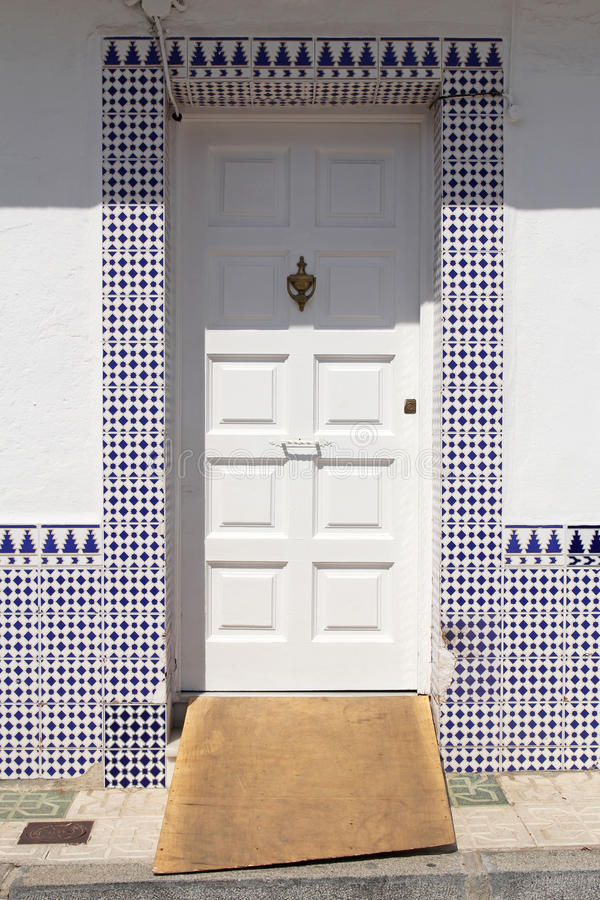 Biały drzwi z hiszpańskimi azulejos obraz stock
