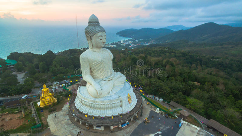 Biały duży Buddha na szczycie Phuket wyspa Tajlandia zdjęcia stock
