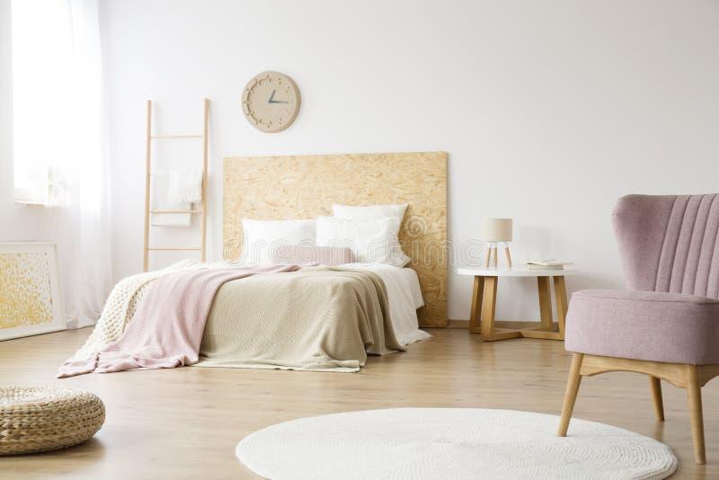 Biały dywanik w jaskrawej sypialni zdjęcie stock