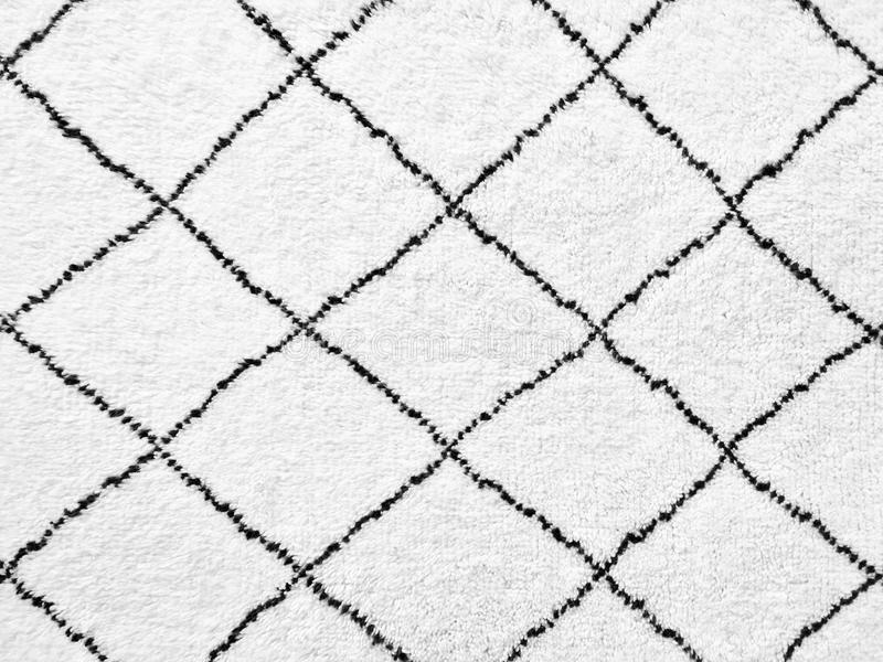 Biały dywanik z prostym czerni linii projektem obraz stock