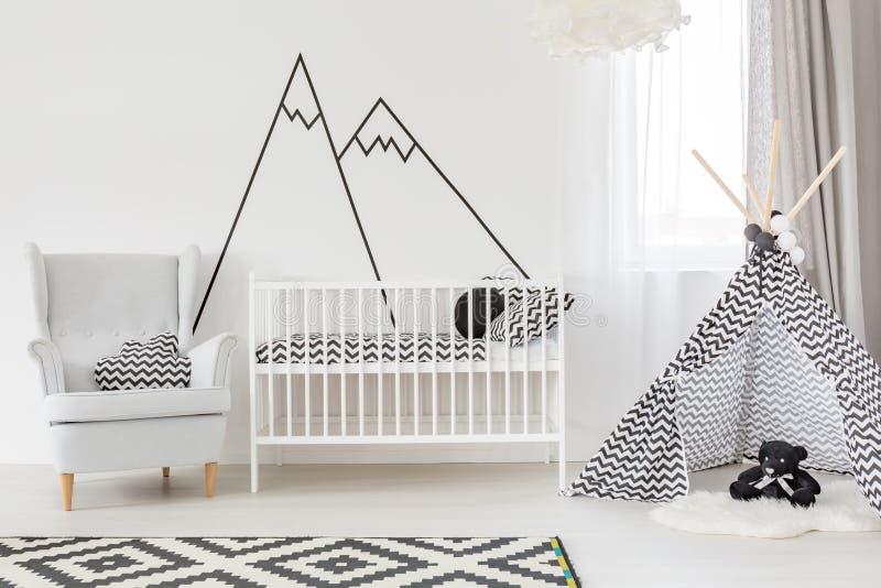 Biały dziecko pokój z łóżkiem polowym zdjęcie stock