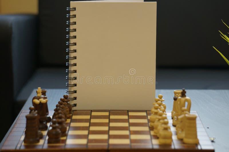 Bia?y dzienniczek z szachow? desk? zdjęcie royalty free