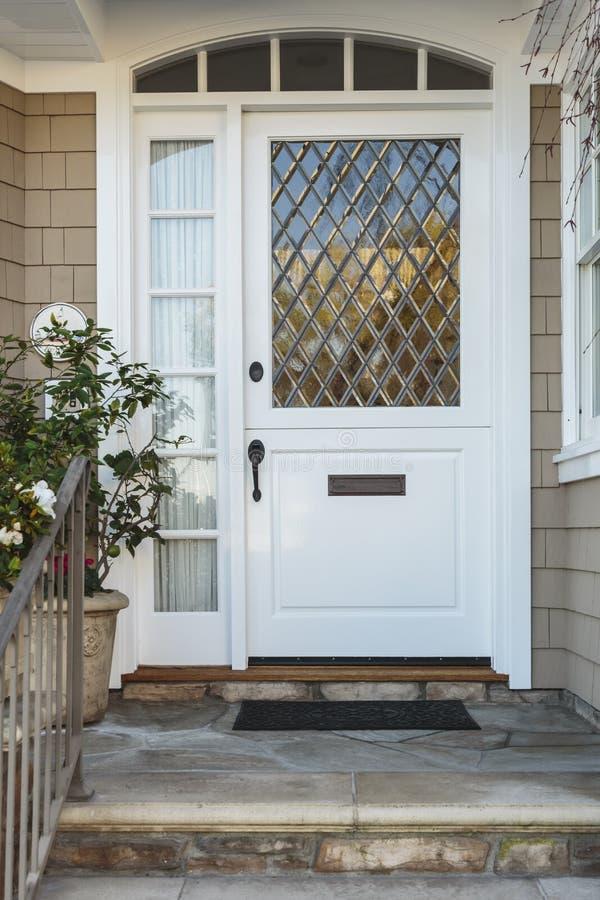 Biały dzwi wejściowy ekskluzywny beżu dom fotografia stock