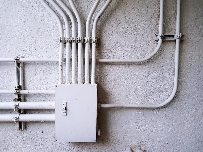 Biały elektryczny kontrolny złącza pudełko dla dystrybuci linii energetycznej na białej betonowej ścianie z kopii przestrzenią zdjęcie royalty free