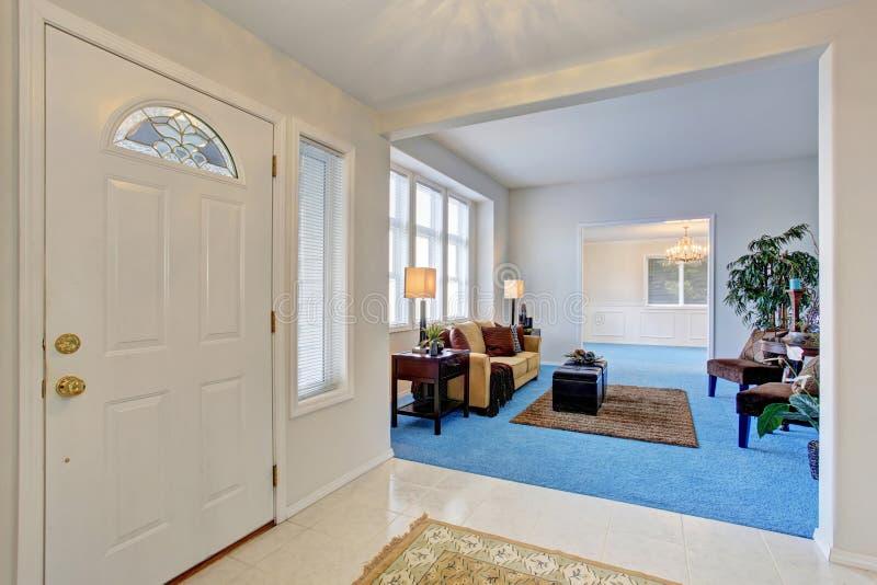 Biały enterance drzwi Korytarz łączący wygodny nowożytny żywy pokój obraz royalty free
