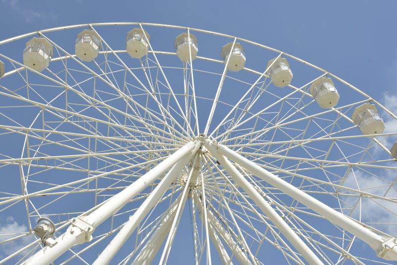 Biały ferris koło park rozrywki w niebieskiego nieba tle fotografia royalty free