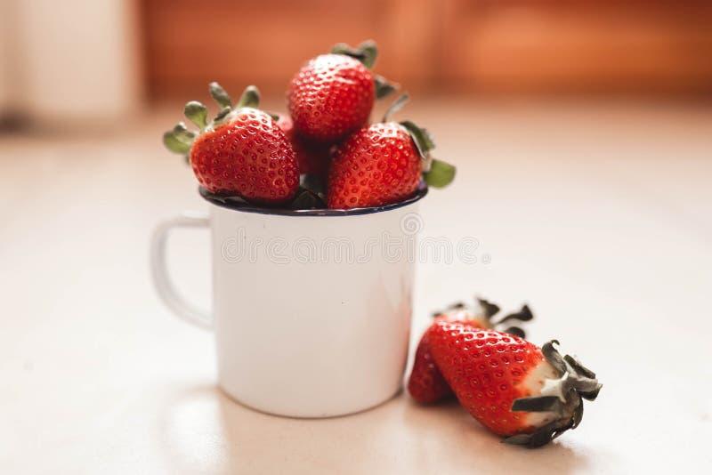 biały filiżanek truskawki zdjęcia stock