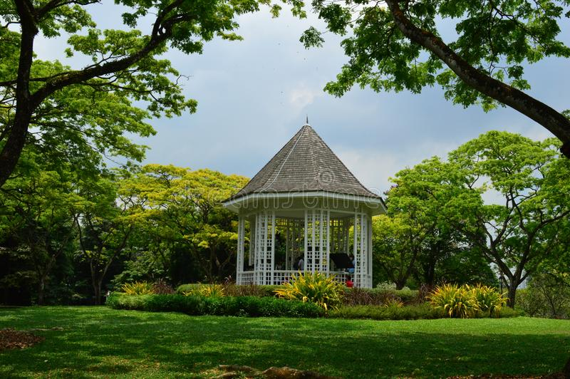 Biały gazebo przy Singapur ogródami botanicznymi zdjęcie royalty free