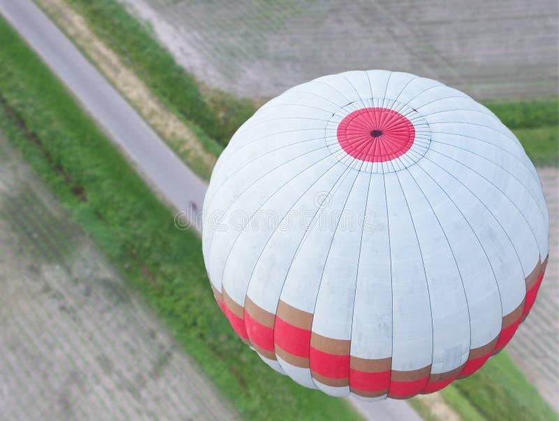 Biały gorące powietrze balon z złotym lampasem i czerwienią unosi się nad Feldmark Obniżam Saxony, widok balon z góry obrazy stock