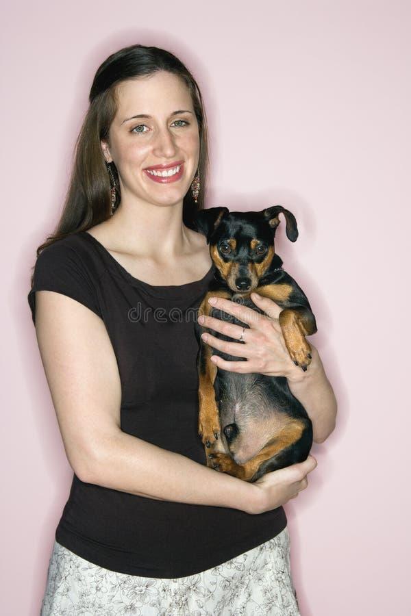 biały gospodarstwa mini pinscher psia kobieta obrazy royalty free