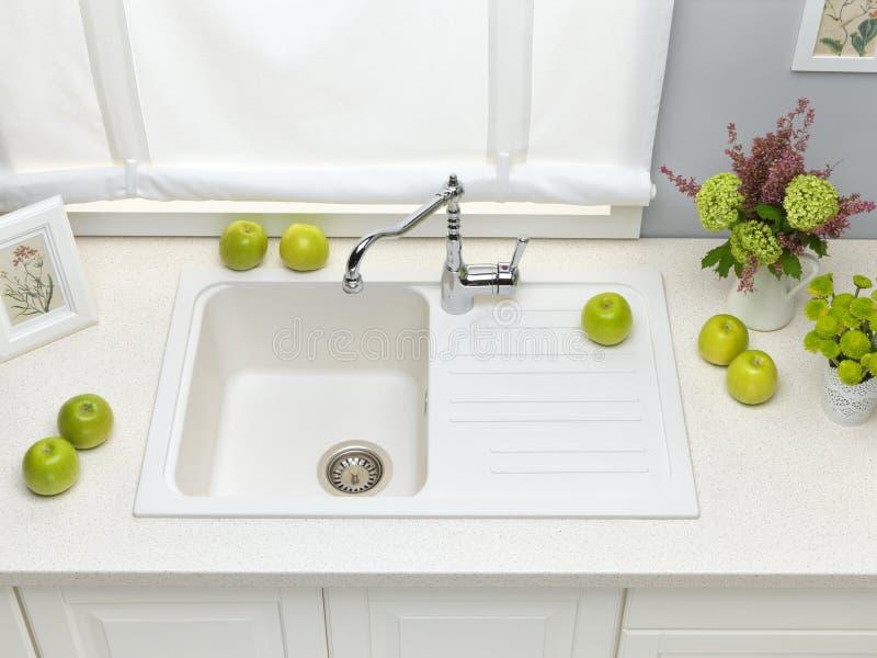 Biały granitowy kuchenny zlew z melanżeru klepnięciem zdjęcie stock