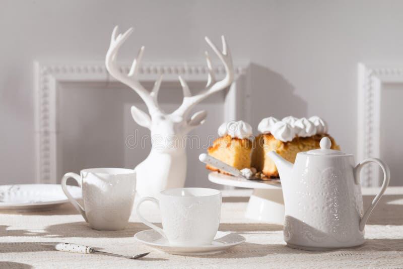 Biały herbaciany ustawiający na białym tablecloth obraz stock