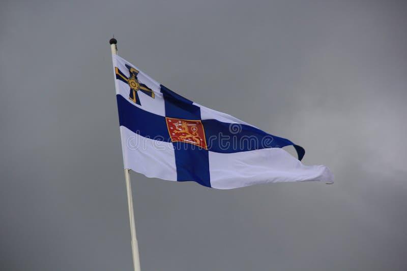 Biały i błękitny Fiński chorągwiany falowanie w wiatrze zdjęcie stock