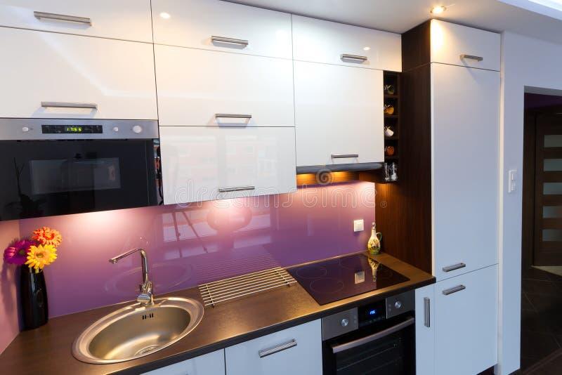 Biały i purpurowy kuchenny wnętrze fotografia stock
