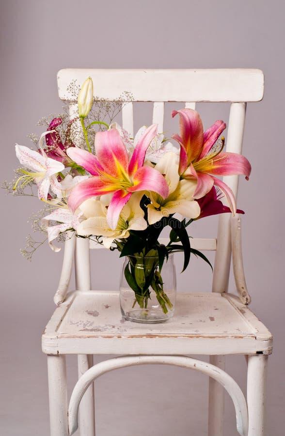 Biały i różowa leluja kwitnie, rocznik karta obraz royalty free