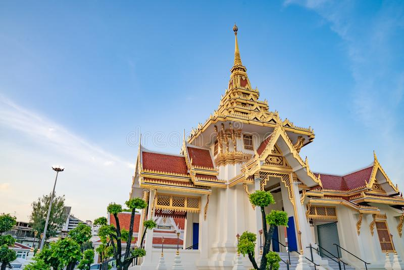 Biały i złocisty krematorium w Bangkok, Tajlandia zdjęcia royalty free