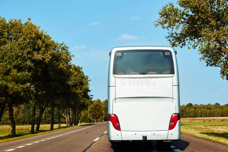 Biały intercity autobus jedzie wzdłuż drogi obrazy stock