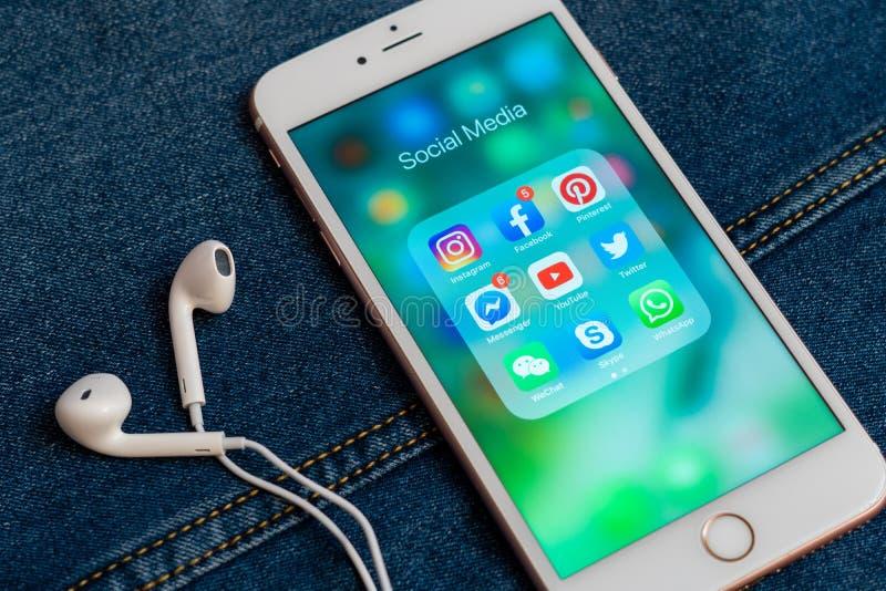Biały Jabłczany iPhone z różnymi ikonami ogólnospołeczni środki obraz stock
