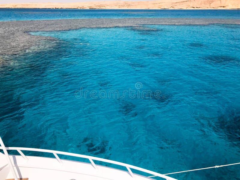 Biały jacht, łódź, statku stojaki na dżemu, parkuje w morzu, ocean z jasną błękitną słoną wodą z dnem rafa koralowa obraz royalty free